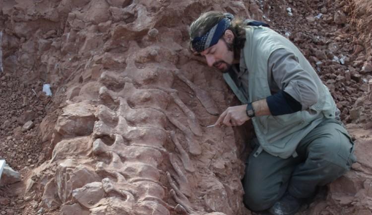 El Dr. Bernardo González Riga en la excavación