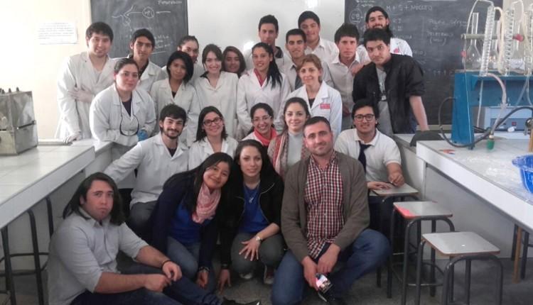 La docente Miriam Fraile junto a estudiantes de la FCEN participaron de la Semana Nacional de la Ciencia y la Tecnología
